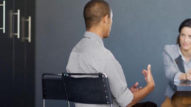 Dos personas en una entrevista de trabajo