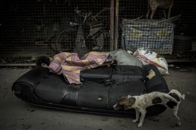 Una muchacha duerme en las calles de Parola Tondo, Manila.