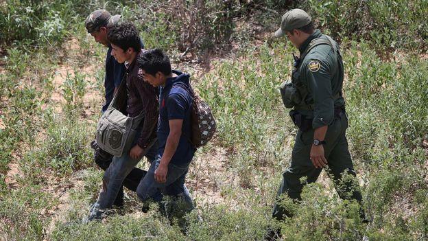 Inmigrante indocumentado detenido en la frontera entre México y Estados Unidos.