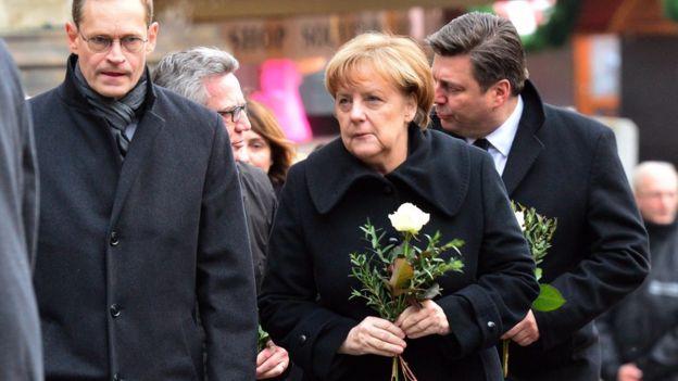 Angela Merkel en el mercado navideño de Berlín