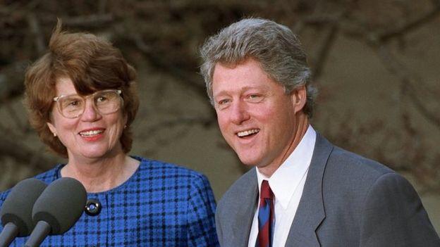 El presidente Bill Clinton (der.) nombra a Janet Reno (izq.) como la primera fiscal general de la nación en la Casa Blanca, el 12 de febrero de 1993