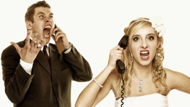 Pareja hablando por teléfono