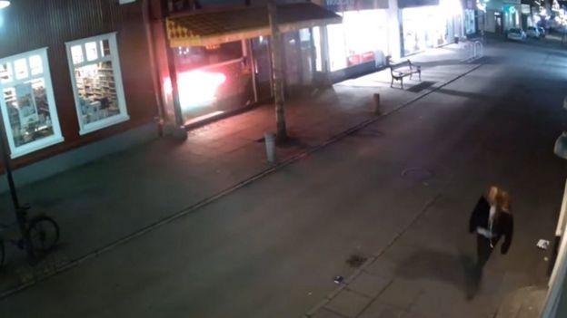 Las cámaras de vigilancia en Islandia captaron a Birna Brjansdottir caminando sola en la noche en la ciudad de Reikiavik.