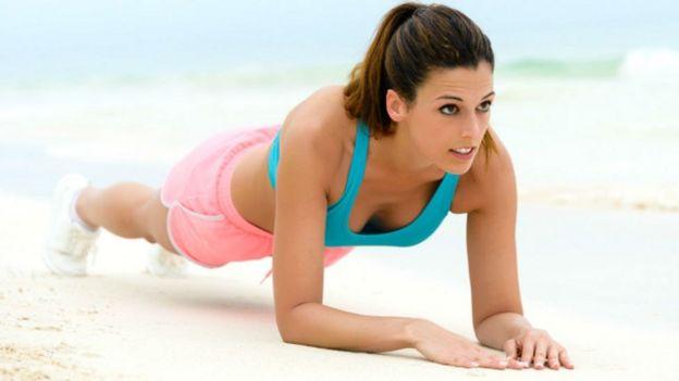 Mujer haciendo el ejercicio de la plancha