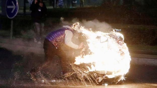 Cumartesi gecesi gerçekleşen eylemde protestocular alışveriş arabalarını da ateşe verdi