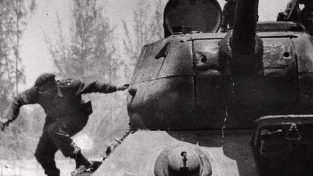 Кастро прыгает с танка