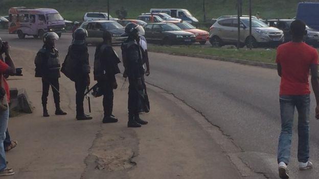 Leur rassemblement dispersé par les policiers, les manifestants envisagent une rencontre avec les journalistes, dans la journée.