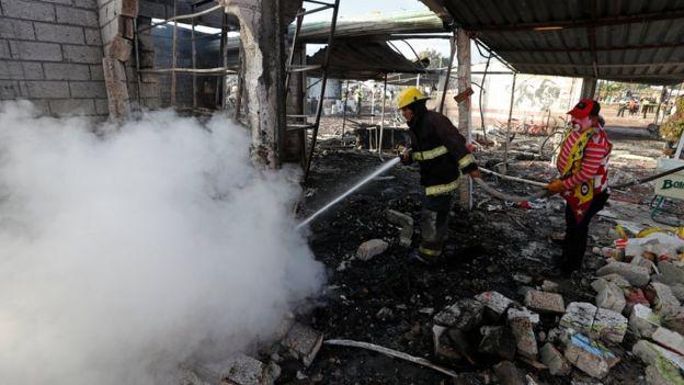 Un bombero y un payaso apagan el incendio en el mercado de San Pablito.
