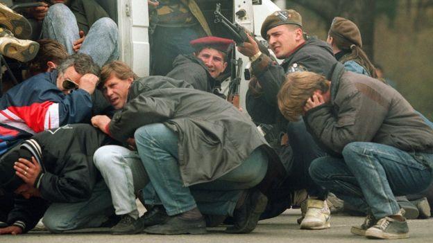 Bósnios contra sérvios no centro de Sarajevo