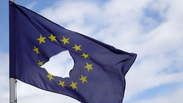 Una bandera agujereada de la UE.