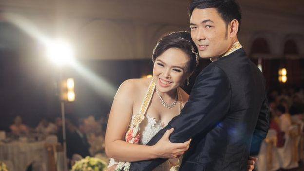 Una pareja de jóvenes chinos en su matrimonio