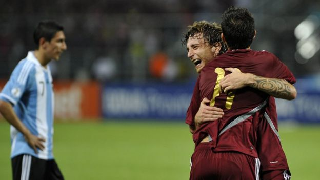 Fernando Amorebieta celebra su histórico gol.