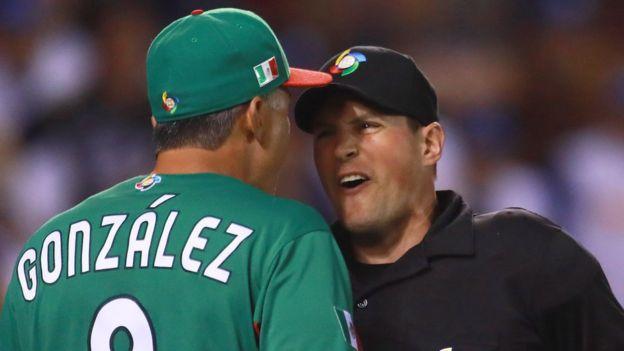 El manager de México Edgar González, protesta una jugada del partido.