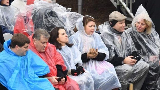 大批特朗普的支持者落座時遇上降雨