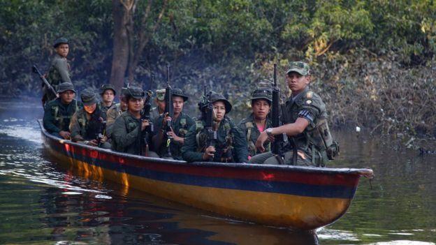Guerrilheiros das Farc em um barco