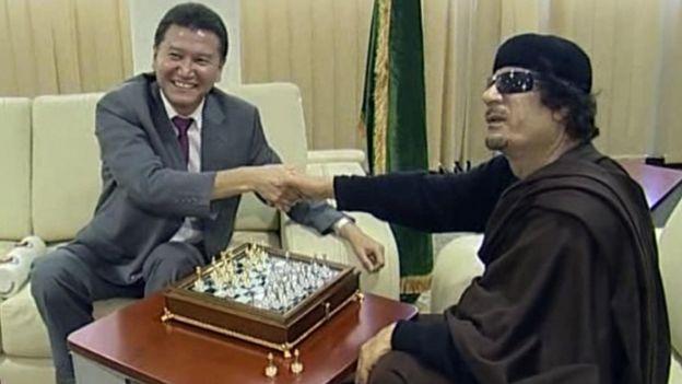 Ilyumzhinov con Gadafi