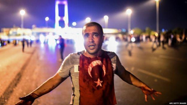 Türkiye'de darbe girişiminden sonra bir kişi üzerinde Türk bayrağıyla