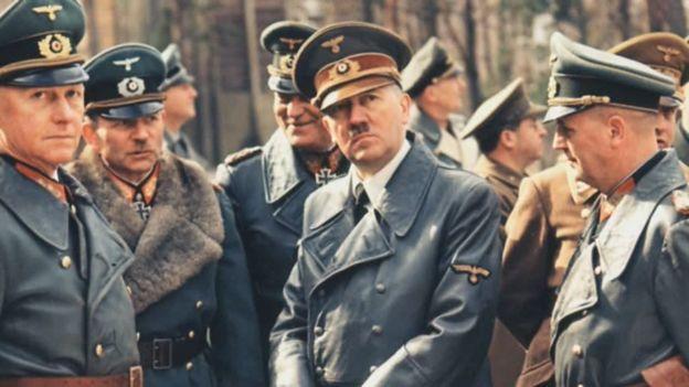 Гитлер в окружении генералитета германской армии.