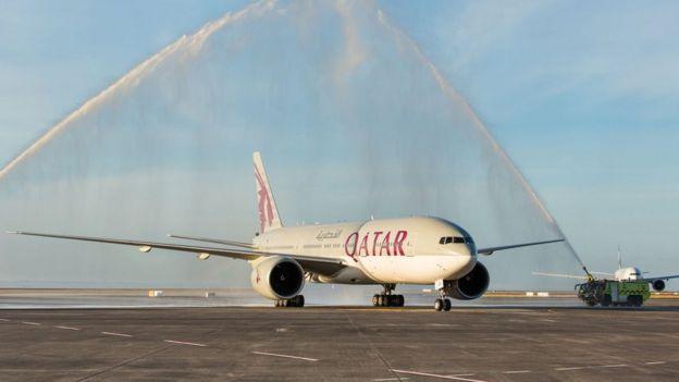 卡塔爾航空執飛多哈至奧克蘭的波音777-200L客機在奧克蘭機場接受消防水炮敬禮歡迎(6/2/2017)