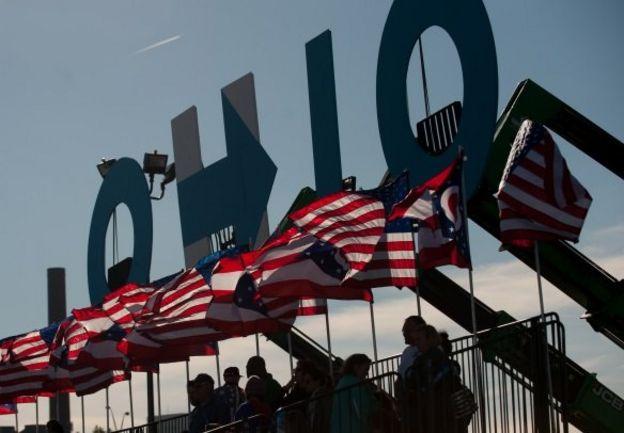 Banderas flameando sobre un cartel de Ohio.