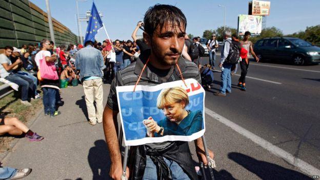 ハンガリー首都の駅に詰めかけた難民達、250キロ先の隣国オーストリアまで歩き始める。道路大混乱へ