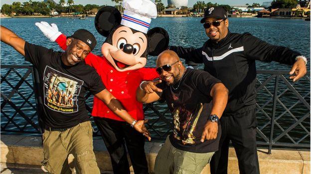 Grupo Boys II Men junto a Mickey Mouse en fotografía
