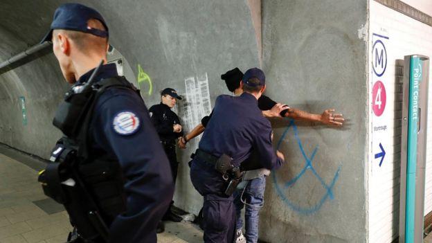 Policías realizan un cacheo