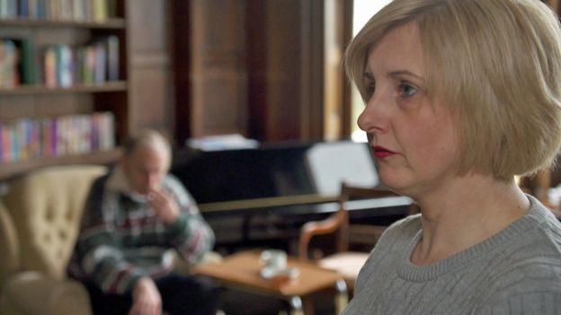 Amanda Bow, la gerente de la residencia de ancianos en la que pasó 8 meses Roger Curry.