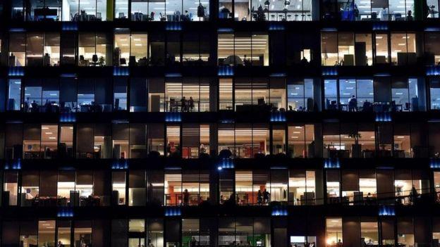 Un edificio de oficinas iluminado de noche