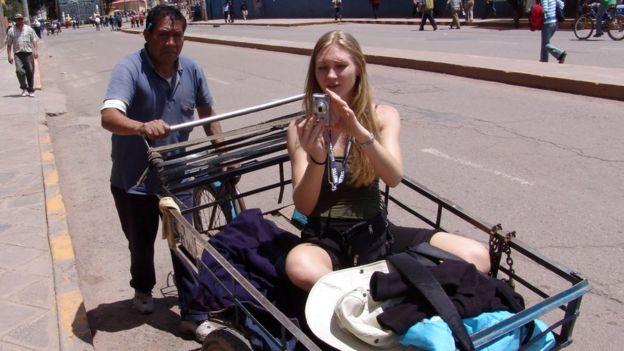 Una turista es transportada en Cuzco.