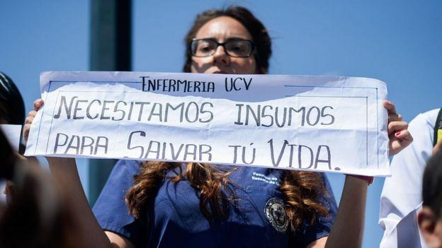 Mujer con un cartel que dice