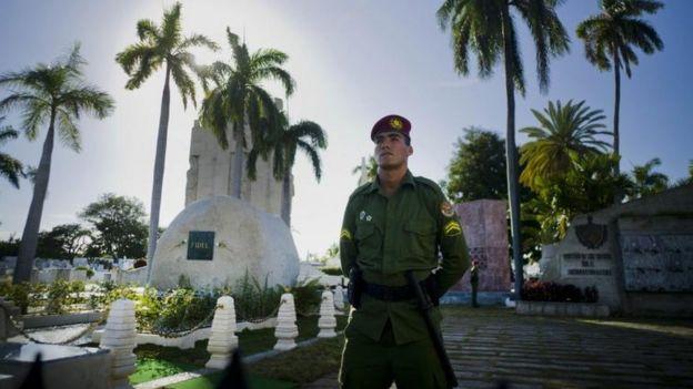 Un policía custodia la tumba de Fidel Castro en el cementerio Santa Ifigenia.