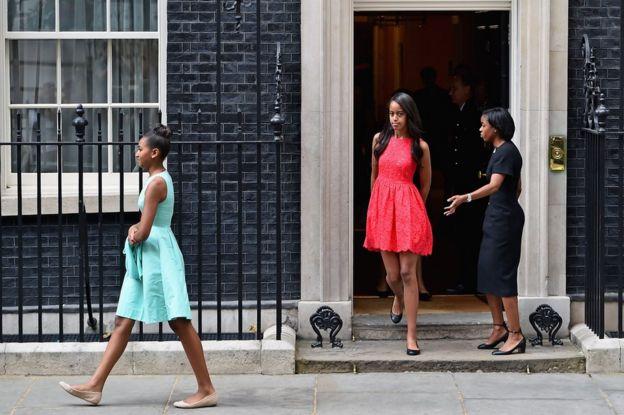 Gabdhaha Obama ayaa booqday xafiiska Ra'iisal wasaaraha Britain ee 10 Downing Street iyaga oo ay weheliso hooyadood Michelle sanadkii 2015 si ay dhiirigaliso ol'olaheeda gabdhuhu wax ha bartaan