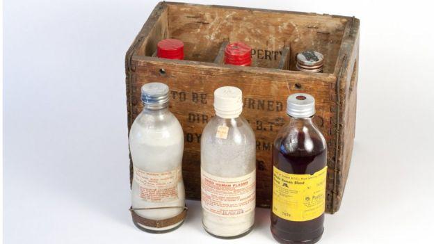 Productos de sangre históricos hechos por Servicio Nacional Escocés de Transfusión. De izq. a der: suero en polvo, plasma en polvo y sangre humana A-positivo.