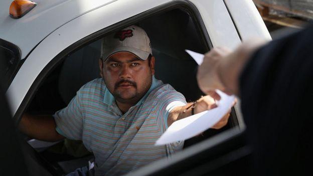 Un policía le pide la documentación a un conductor de automóvil