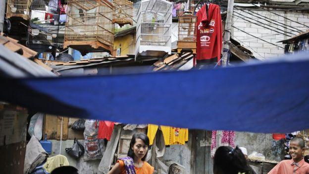 Người dân bàn tán gần nhà cô Siti Aisyah ở khu Tambora, Jakarta, Indonesia.