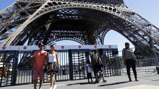 Paseantes en la Torre Eiffel