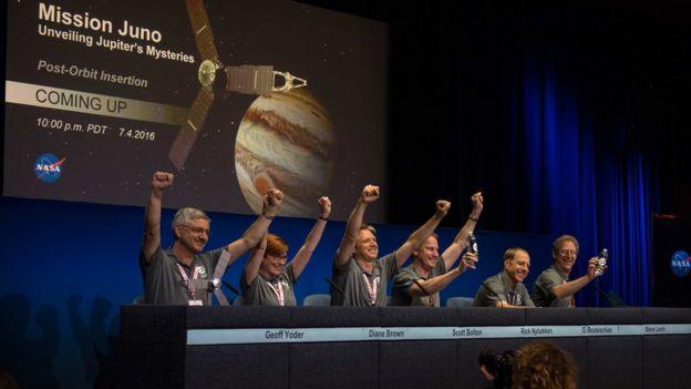 Equipo de la NASA celebrando la llegada de Juno a la órbita de Júpiter.