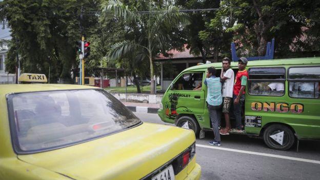 Potret angkutan umum di Dili, Timor Leste, pada 19 Maret 2017. Pasokan utama bahan bakar minyak di negara itu datang dari Indonesia.