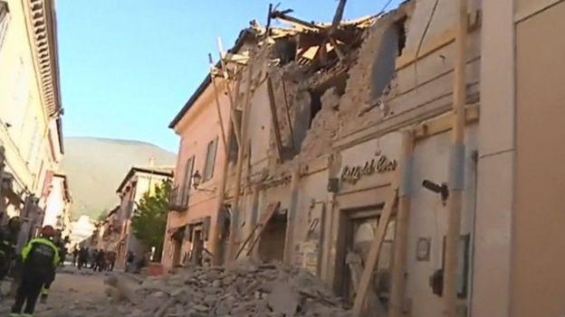 زلزال كبير يضرب وسط إيطاليا وانهيار العديد من المباني