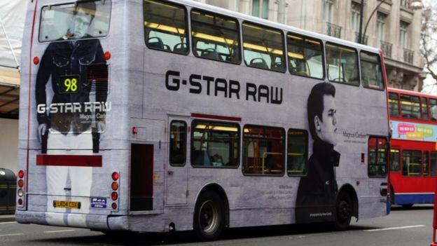 Ônibus com anúncio