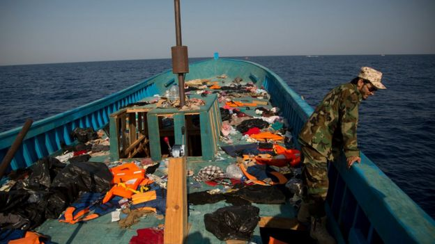 Un guarda costero libio en uno de los botes utilizados por los migrantes