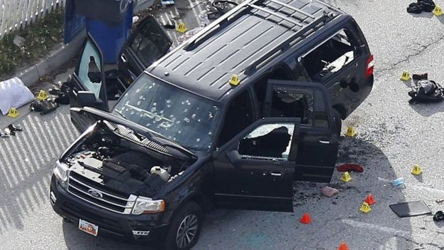 Los restos de la camioneta donde fueron acribillados por la policía Syed Rizwan Farook y Tashfeen Malik, tras haber masacrado a 13 personas en San Bernardino, California