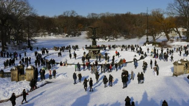 Hundreds of people enjoy the snow at the Bethesda Fountain in Central Park in New York (24 January 2016)