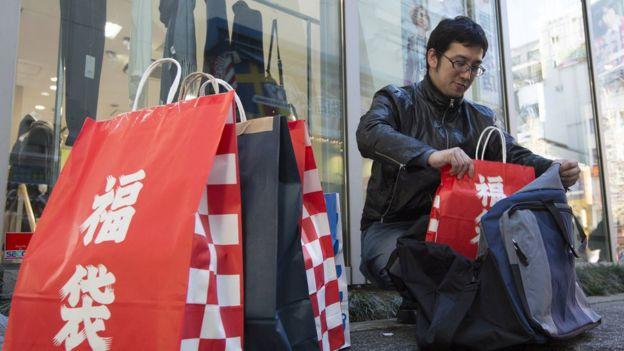 Hombre con bolsas de compra en China