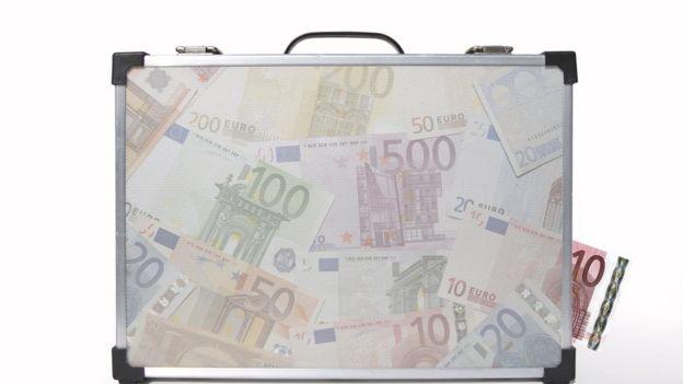 Maletín lleno de euros transparente