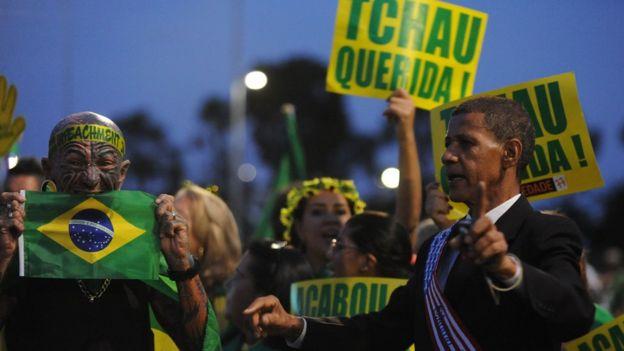 Manifestantes protestam contra Dilma