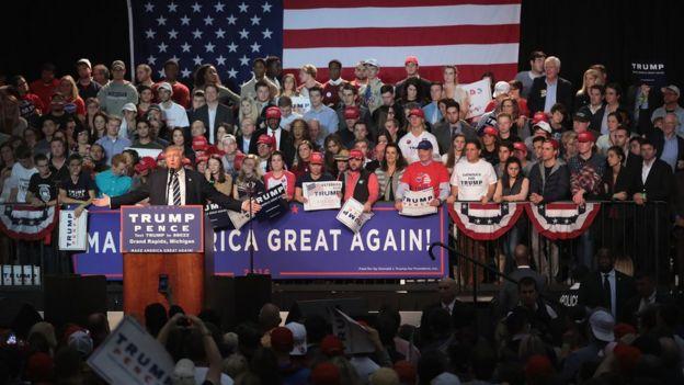 دونالد ترامب في إحدى جولاته الانتخابية يسعى لحشد الناخبين