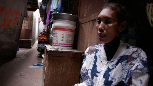 Menurut Emma Suela, Aisyah adalah 'gadis desa yang lugu dan rajin,' yang membuat bahkan anak majikanya jatuh cinta.