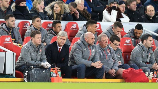 Banquillo de Arsenal en Anfield